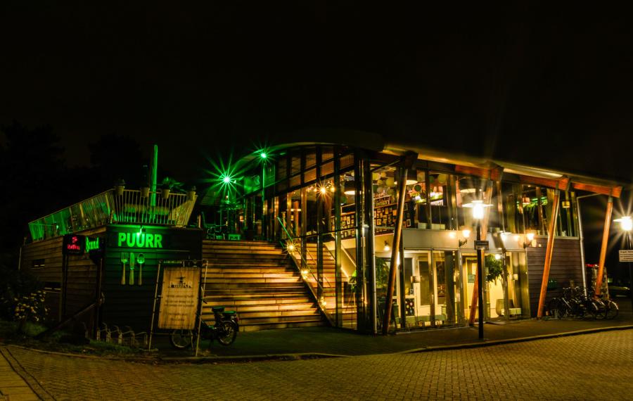 Restaurant Puurr aan de vliet vericht in de avond.